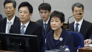 Tangan Diborgol, Mantan Presiden Korsel Hadiri Sidang Perdana