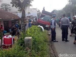 Truk Bermuatan Pasir Nyaris Seruduk Rumah di Sukabumi