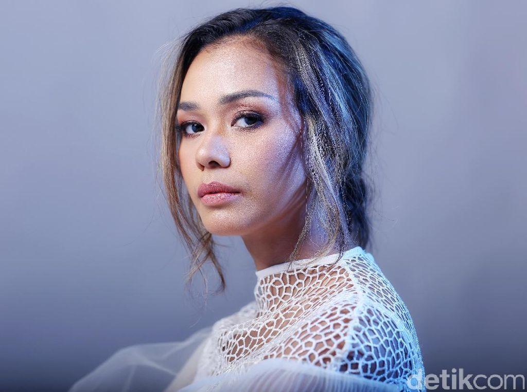 Perbedaan Adinia Wirasti dan Sara Wijayanto yang menyukai Film Horor