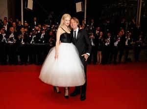 Foto: Nicole Kidman & Suami Pamer Kemesraan, Pelukan Hingga Cium Leher