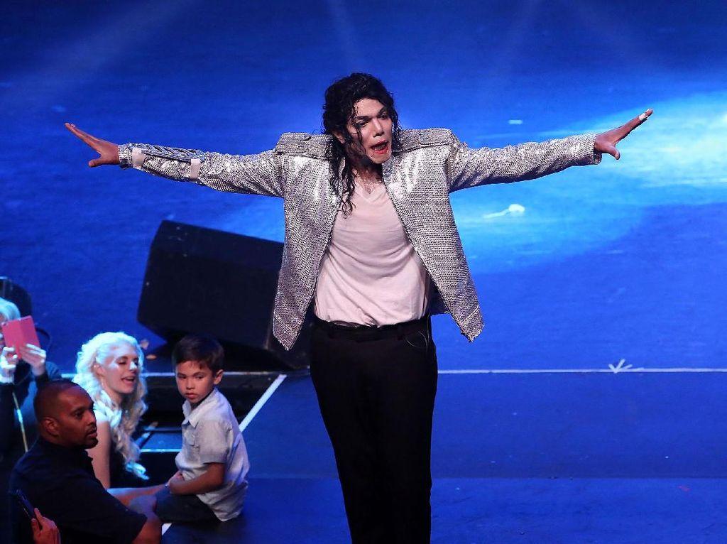 Momen Emosional Ketika Michael Jackson Datangi Kakaknya