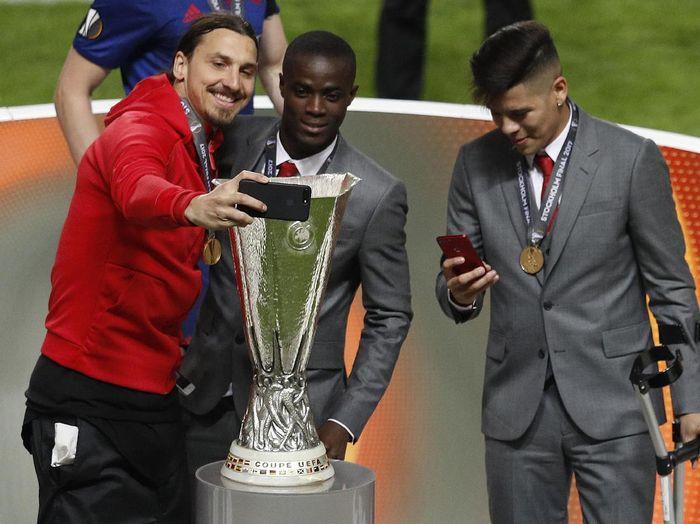Zlatan Ibrahimovic ada di posisi keenam. Pemain Swedia itu membukukan banyak, 31 piala kalau dia scudetto bersama Juventus yang dibatalkan karena kasus Calciopoli tetap dihitung. Sebagian besar piala Ibrahimovic dimenangi bersama Paris Saint-Germain. (Foto: Phil Noble/Reuters)