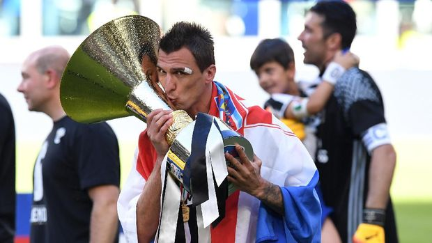 TURIN, ITALY - MAY 21:  Mario Mandzukic of Juventus FC celebrates with the trophy after beating FC Crotone 3-0 to win the Serie A Championships at the end of the Serie A match between Juventus FC and FC Crotone at Juventus Stadium on May 21, 2017 in Turin, Italy.  (Photo by Valerio Pennicino/Getty Images)