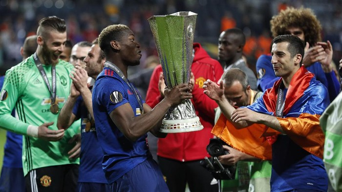 Football Soccer - Ajax Amsterdam v Manchester United - UEFA Europa League Final - Friends Arena, Solna, Stockholm, Sweden - 24/5/17 Manchester Uniteds Henrikh Mkhitaryan and Paul Pogba celebrate with the trophy after winning the Europa League Reuters / Lee Smith Livepic