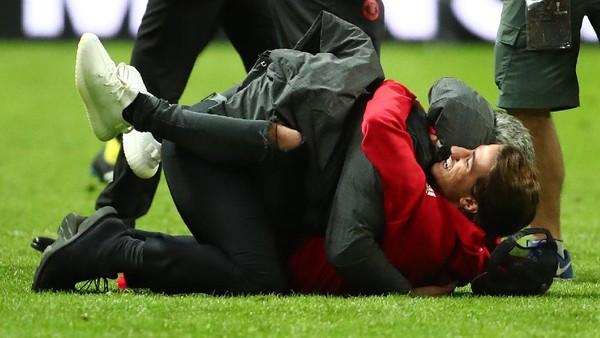Rayakan Gelar Liga Europa, Mourinho Berguling-guling dengan Anaknya