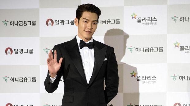 South Korean actor Kim Woo-Bin arrives on the red carpet of the 51st annual Daejong Film Awards in Seoul on November 21, 2014. AFP PHOTO / Ed Jones / AFP PHOTO / ED JONES