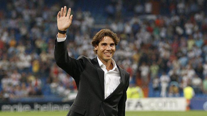 Rafael Nadal di atas lapangan Santiago Bernabeu sebelum sebuah laga Real Madrid (Foto: Angel Martinez/Getty Images)