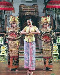 Sheldry Saez berfoto dengan para penari Bali (KBRI Panama City)