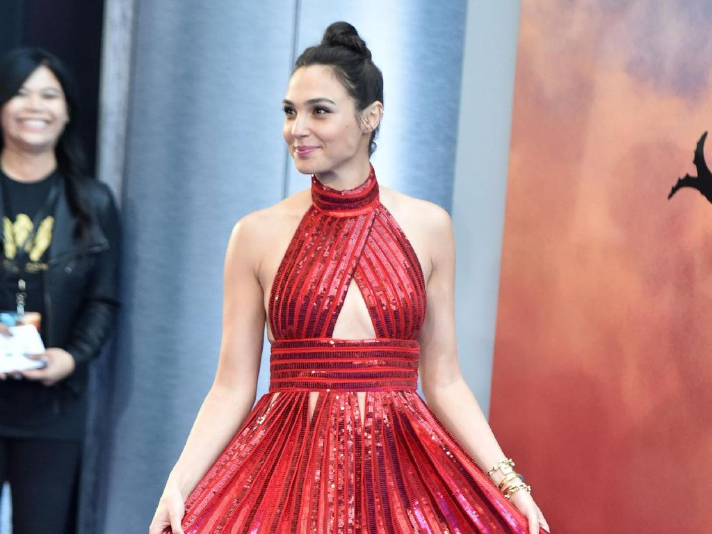 Gal Gadot Pakai Sandal Bertali Rp 600 Ribuan ke Premier Wonder Woman