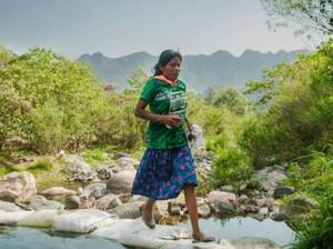 Pakai Rok dan Sandal Karet, Wanita Ini Juara Lomba Ultramarathon 50 km