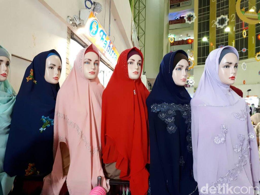 Awal Ramadan, Busana Ini Laris Diborong Ibu-ibu di Pasar Tanah Abang