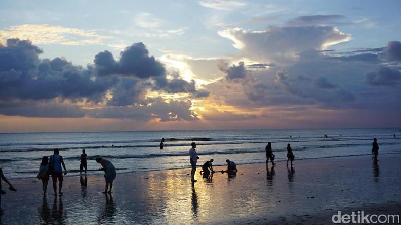 Foto: Senja di Pantai Kuta (Ahmad Masaul/detikTravel)