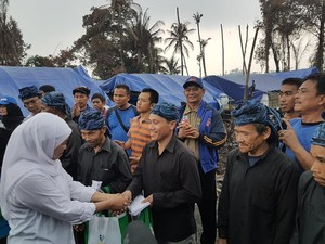 Mensos Salurkan Bantuan untuk Korban Kebakaran Kampung Baduy Luar