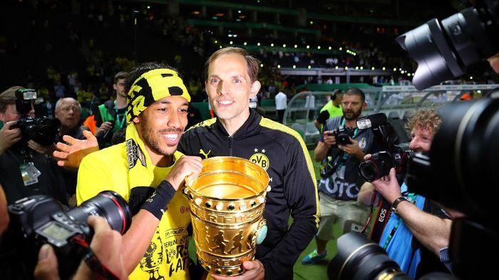 Thomas Tuchel merayakan trofi DFB-Pokal bersama Borussia Dortmund. Foto: Reuters / Kai Pfaffenbach