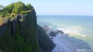 Tebing di Pantai Ngungap Gunungkidul Ambrol