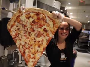 Wouw! Pasangan Ini Ciptakan Potongan Pizza Terbesar di Dunia