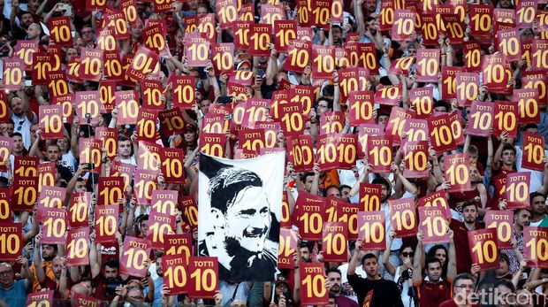 Suporter AS Roma di laga terakhir Francesco Totti