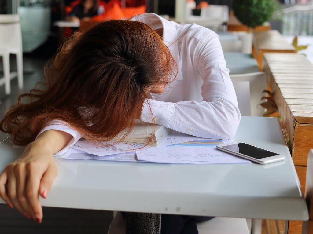 Trik Curi-curi Tidur Siang Agar Tak Kena Tegur Atasan yang Galak