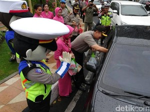 Kapolrestabes Surabaya Bagi-bagi Takjil ke Pengguna Jalan