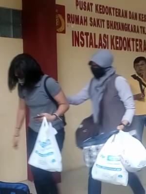 Keluarga Teroris Bom Kampung Melayu Tiba di RS Polri