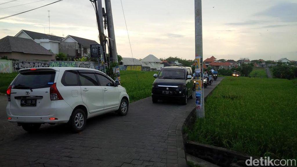 Jalanan Ini Suka Bikin Mobil/Motor Terjungkal