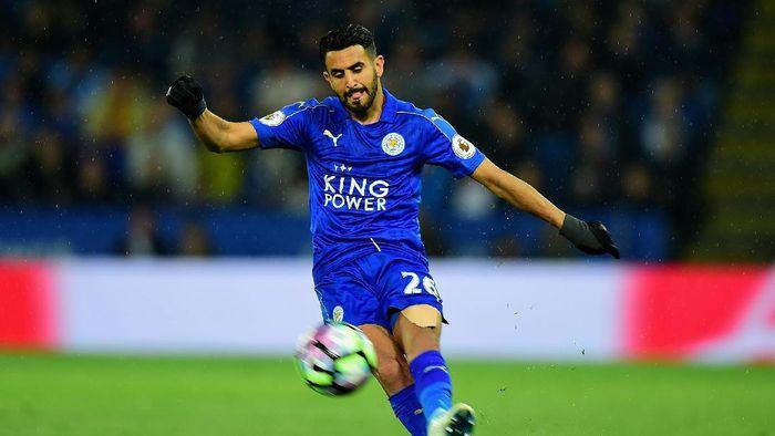 Riyad Mahrez saat membela Leicester menghadapi Tottenham Hotspur di Premier League. (Foto: Getty Images Sport/Tony Marshall)