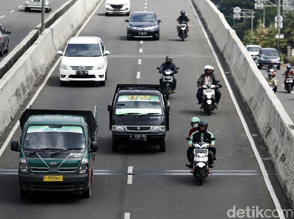 Ulah Ratusan Pemotor Lawan Arus di JLNT Casablanca Hindari Tilang