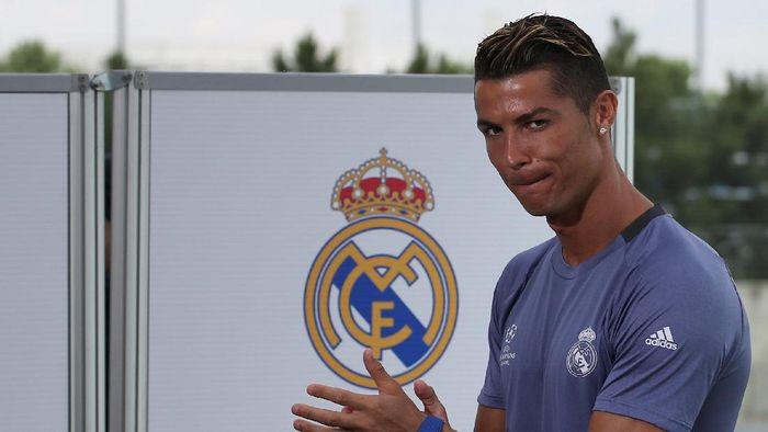 Cristiano Ronaldo usai sebuah sesi latihan Real Madrid (Foto: REUTERS/Sergio Perez)
