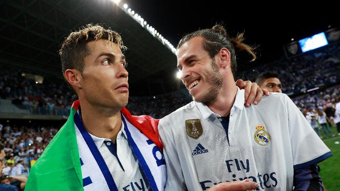 MALAGA, SPAIN - MAY 21:  Cristiano Ronaldo of Real Madrid and Gareth Bale of Real Madrid celebrate after their team are crowned champions following the La Liga match between Malaga and Real Madrid at La Rosaleda Stadium on May 21, 2017 in Malaga, Spain.  (Photo by Gonzalo Arroyo Moreno/Getty Images)