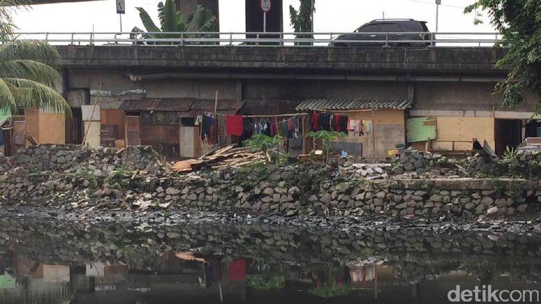 Rumah Bedeng Kembali Berdiri di Kolong Tol Kalijodo