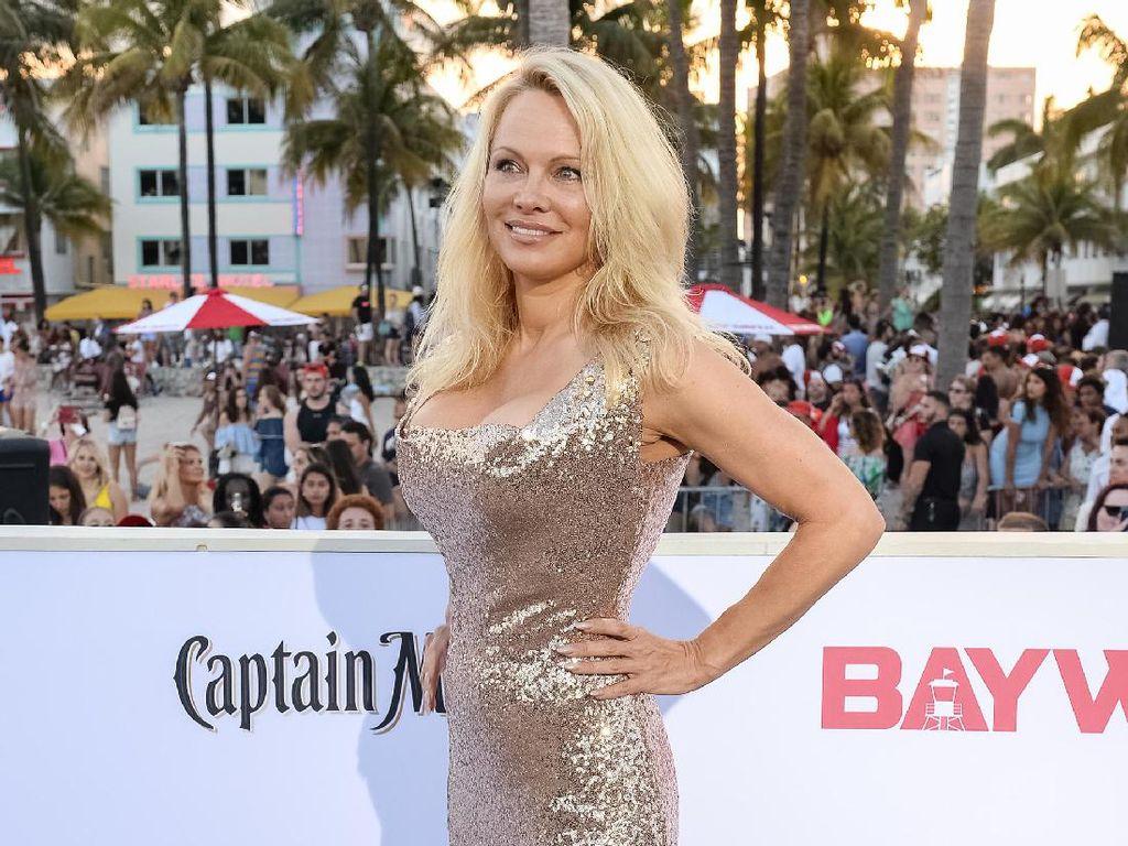 Pamela Anderson Sering Pakai Baju Renang Baywatch untuk di Rumah