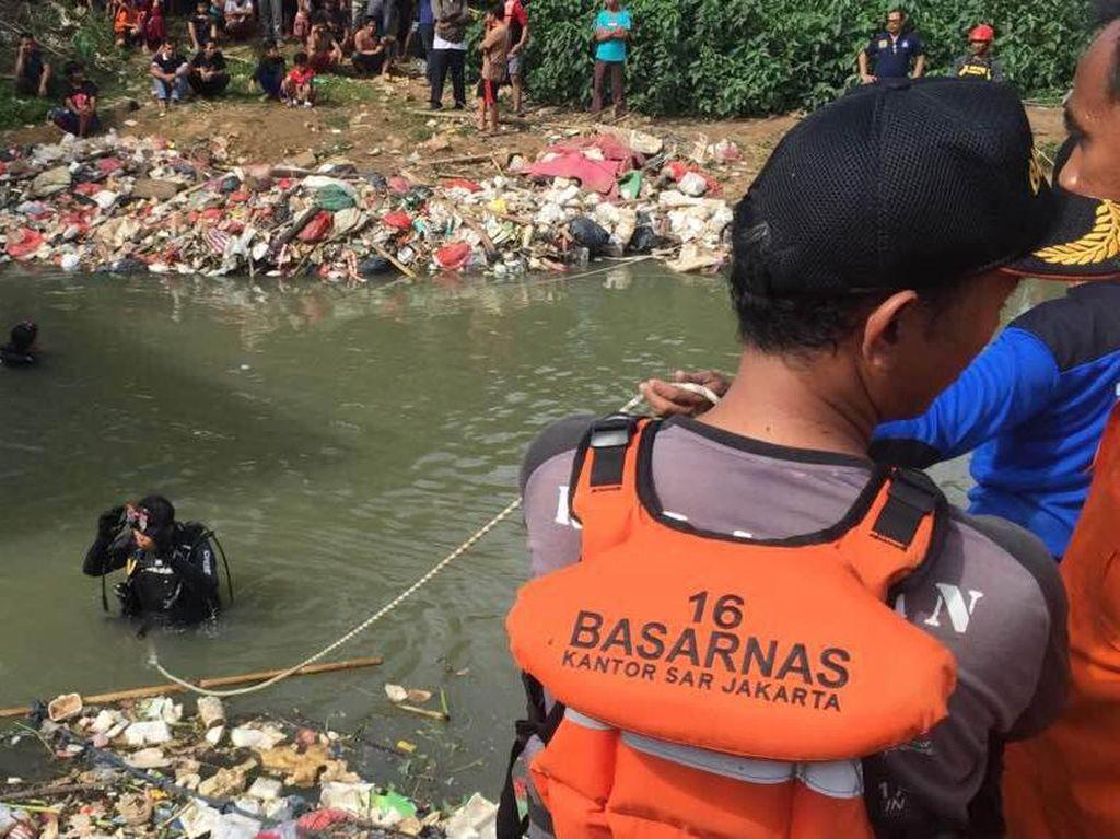 Pencarian Bocah Tenggelam di Sungai Cikarang Terhalang Sampah