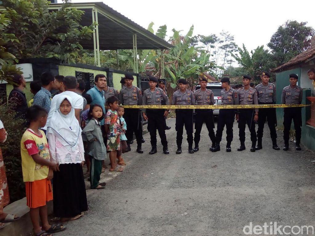 Densus 88 Olah TKP di Rumah Kontrakan Ahmad Syukri