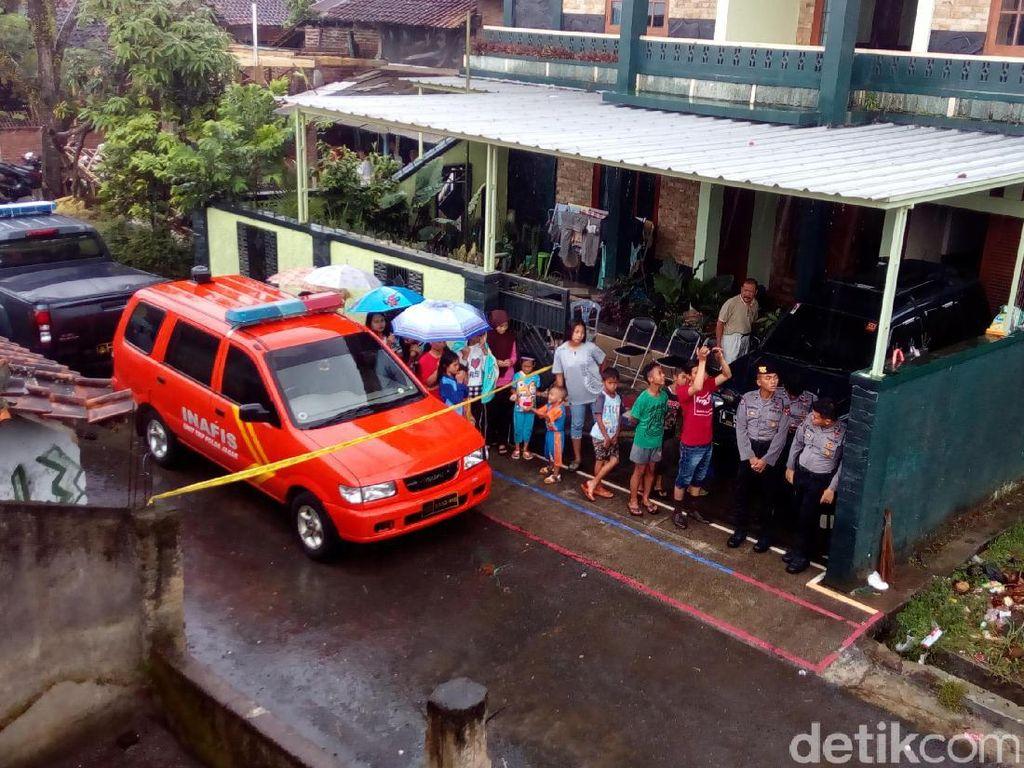 Densus Gali Septic Tank di Rumah Kontrakan Bomber Kampung Melayu