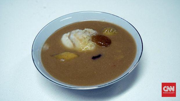Hidangan bubur khas Padang yang berisi irisan pisang, ubi, dan dicampur dengan beras ketan serta srikaya. (CNN Indonesia/Ranny Virginia Utami)