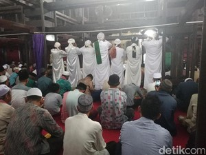 7 Pria Serempak Azan di Masjid Sang Cipta Rasa Cirebon
