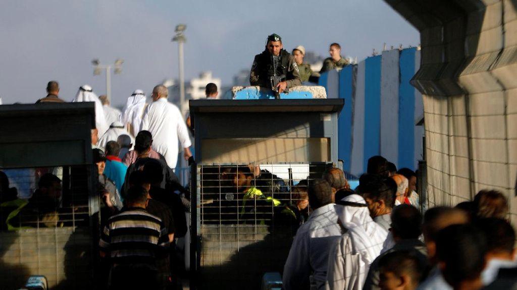 Tunaikan Salat Jumat, Warga Palestina Tembus Perbatasan Israel