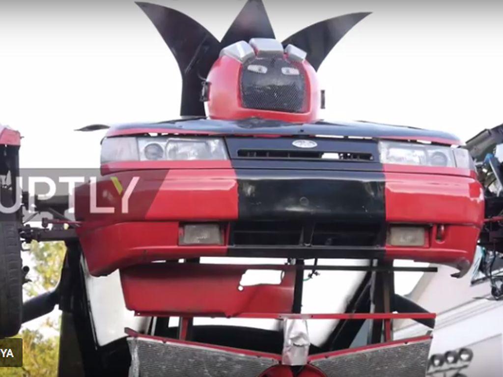 Keren, Ayah dan Anak Buat Robot Transformers dari Mobil Lama