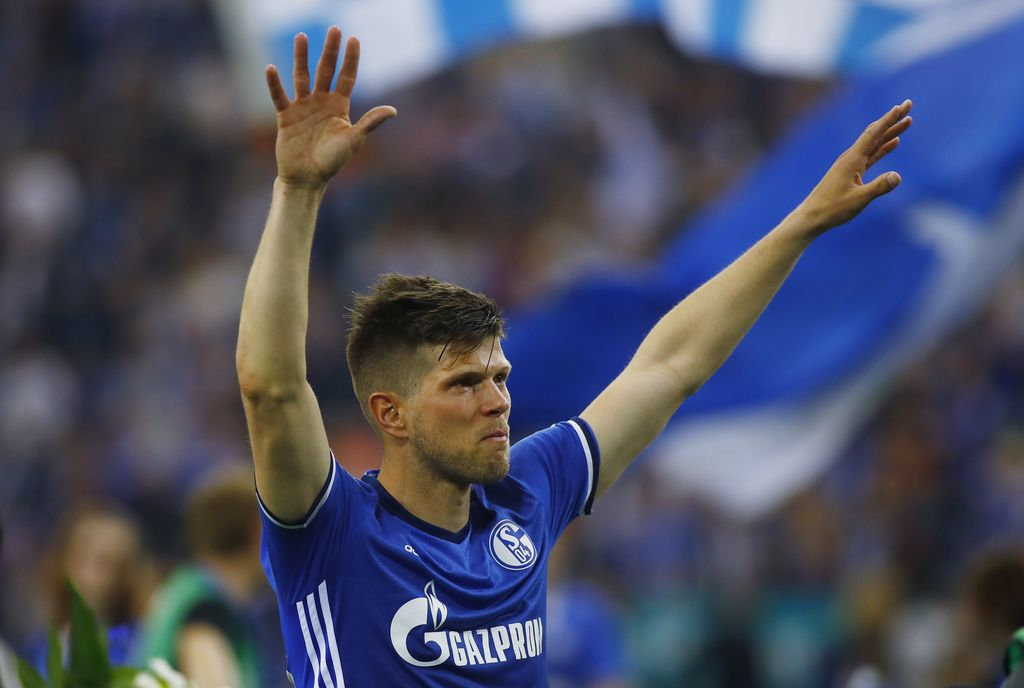 Football Soccer - Schalke 04 v Hamburg SV - Bundesliga - Veltins-Arena, Gelsenkirchen, Germany - 13/5/17 Schalke's Klaas-Jan Huntelaar gestures towards fans after the match  Reuters / Leon Kuegeler Livepic DFL RULES TO LIMIT THE ONLINE USAGE DURING MATCH TIME TO 15 PICTURES PER GAME. IMAGE SEQUENCES TO SIMULATE VIDEO IS NOT ALLOWED AT ANY TIME. FOR FURTHER QUERIES PLEASE CONTACT DFL DIRECTLY AT + 49 69 650050.