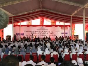 Bagikan KIP, Jokowi Bikin Janji dengan Siswa di Malang