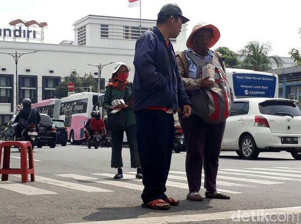 Inang-inang Penjual Duit Receh Bisa Untung hingga Rp 10 Juta