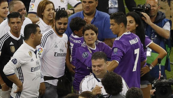 Ronaldo Gandeng Pacar, Anak, dan Ibu untuk Rayakan Juara