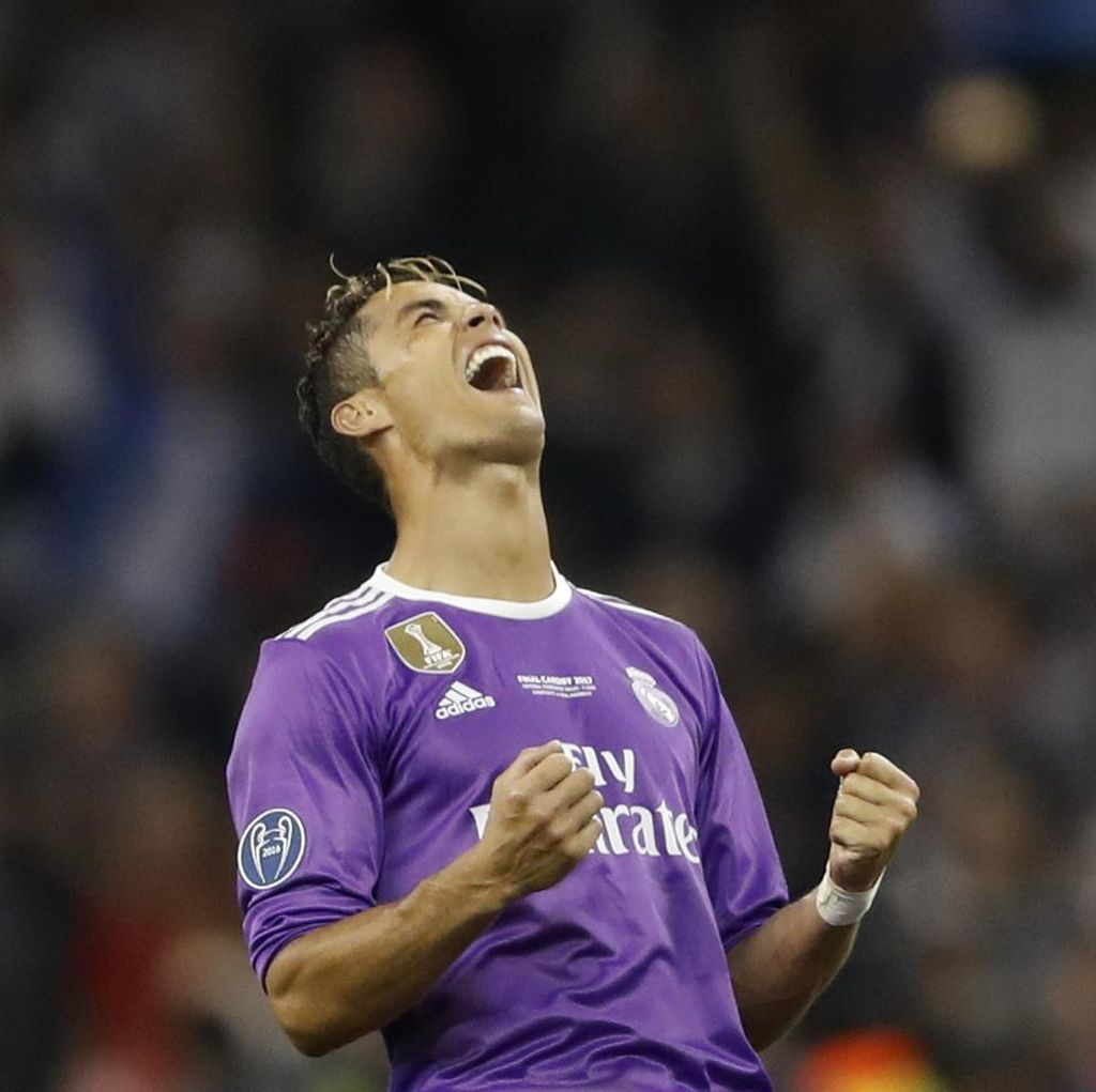 Ronaldo Nge-like Meme Messi Serahkan Trofi Ballon dOr