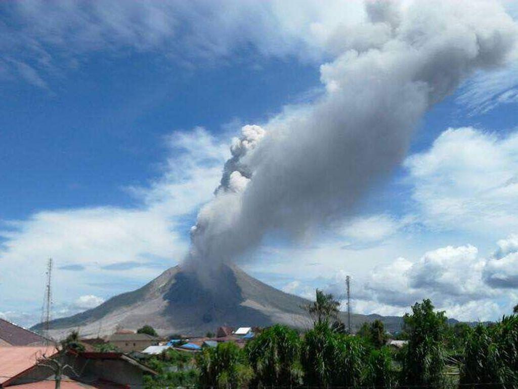 Gunung Marapi Meletus, Warga Diimbau Jauhi Area 3 Km dari Puncak