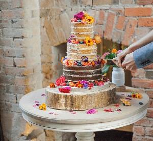 Taruh Bunga Tak Bisa Dimakan di Kue Pengantin Food Blogger Ini Dikritik Tajam