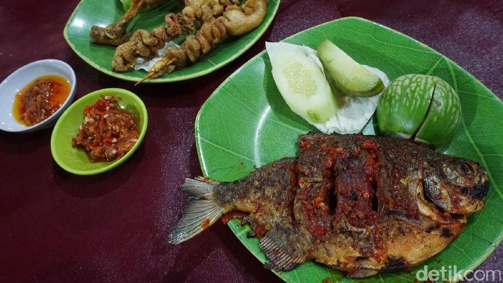 Ikan Bakar dan Kulit Goreng, Enak Dipadu dengan Sambal Gobyos