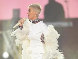 Katy Perry Bergaun Foto Korban Bom Manchester di Konser Amal Ariana Grande