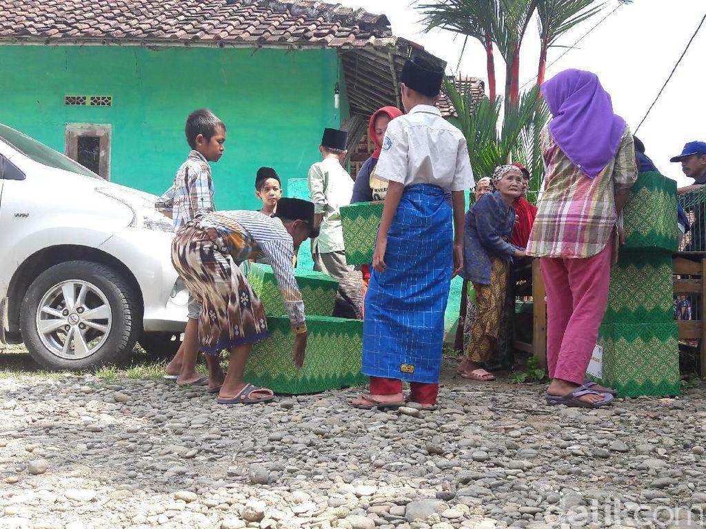 Kemendag Bagi-bagi Sembako di Pelosok Bogor