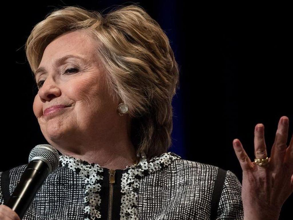 Hillary Clinton Diminta Senator Demokrat untuk Bergerak Maju
