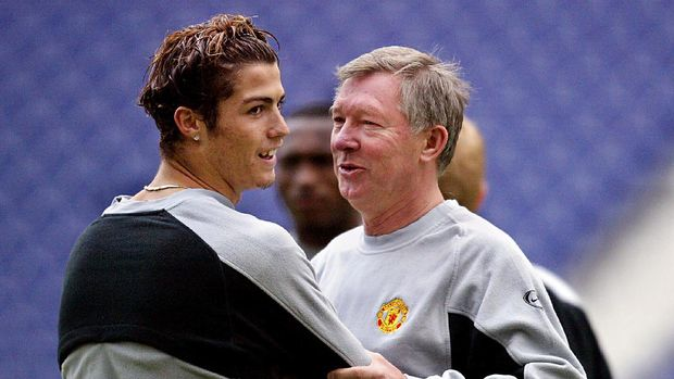 Manchester United manager Sir Alex Ferguson (R) with Manchester United's striker Cristiano Ronaldo (L) at the training session at the Dragon stadium in Porto 24 February 2004. The training session is a day a head of the clash between FC Porto and Manchester United for the UEFA Champoins League first group, knock out round, first leg. AFP PHOTO Nicolas ASFOURI. / AFP PHOTO / NICOLAS ASFOURI